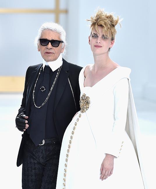 ¿Quién es la modelo que desfiló embarazada con el diseño nupcial que cerró el 'fashion show' de Chanel Alta Costura?