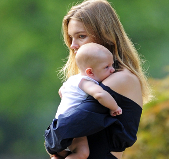 Natalia Vodianova, todo ternura con su hijo Maxim, de tres meses