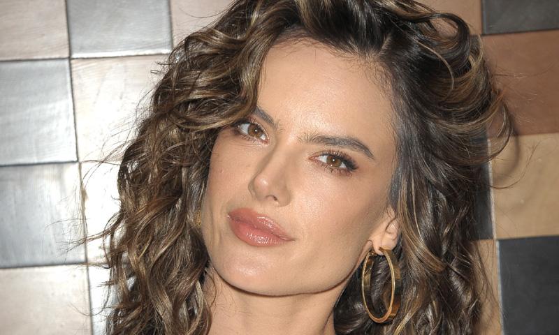 Alessandra Ambrosio elige un vestido de diosa griega para su noche como DJ