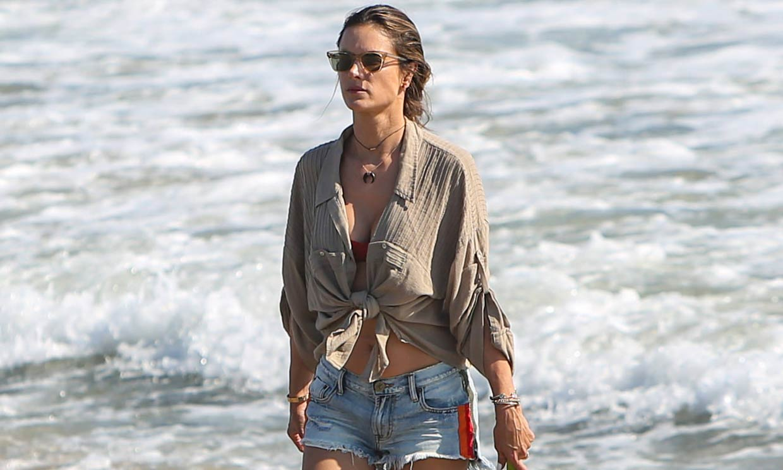 El look infalible de Alessandra Ambrosio para pasear por la ciudad o ir a la playa