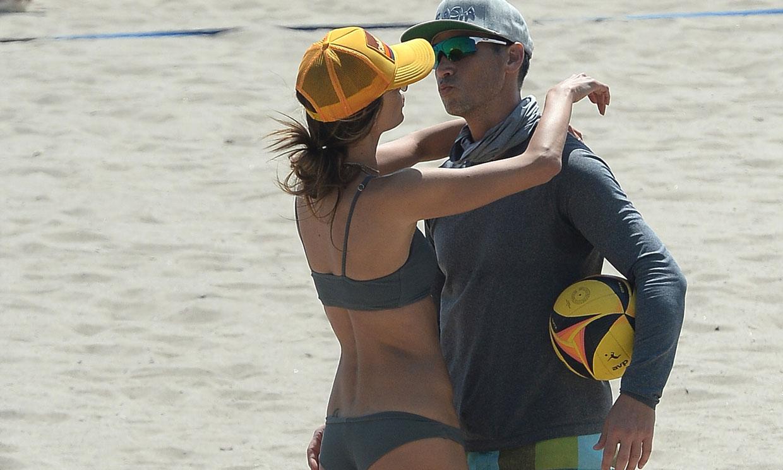 Alessandra Ambrosio y Richard Lee, un beso frente al mar como símbolo de su amor