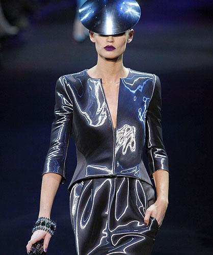 Giorgio Armani destapa su lado más futurista en los desfiles de Alta Costura primavera-verano 2011