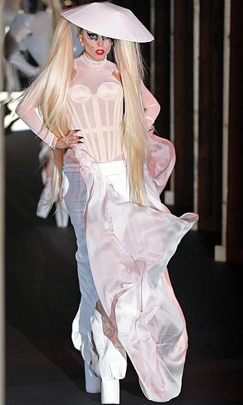 Lady Gaga debuta… ¡como modelo de pasarela!