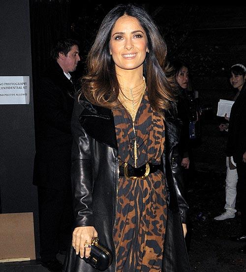 Salma Hayek apoya el debut sobre la pasarela de la firma McQ, de Alexander McQueen