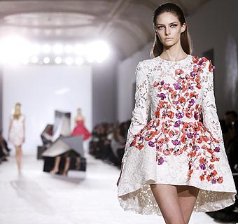 Giambattista Valli: volumen y color en la Alta Costura parisina