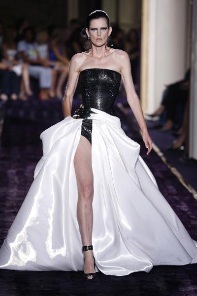 Atelier Versace inaugura la Alta Costura mezclando el armario masculino con el femenino