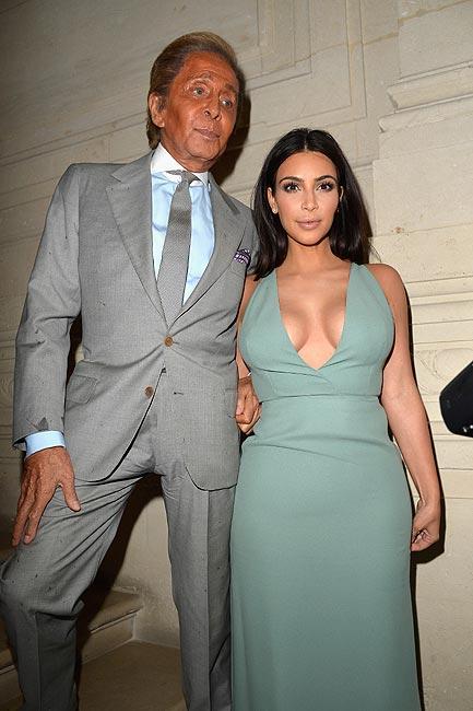 Una 'sugerente' Kim Kardashian 'aterriza' en la Alta Costura para acudir al desfile de Valentino