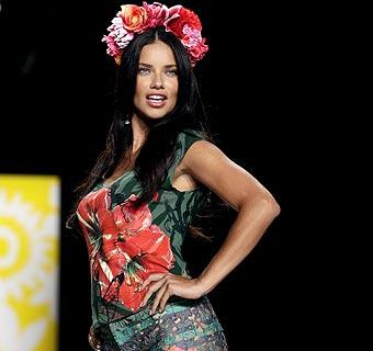 ¡Olé, Adriana!: Triunfal aparición de la 'top' brasileña en apoyo a la moda española durante la 'New York Fashion Week'