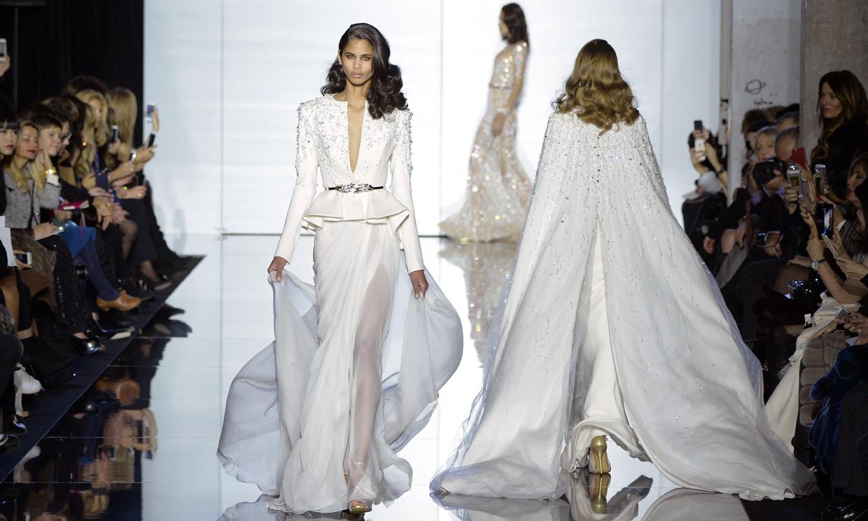 599a663d5e La pasarela se inauguró con una serie de creaciones en blanco que apostaban  por la estética nupcial