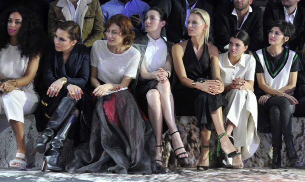 El 'front row' estelar de H&M en París: Karolina Kurkova, Olga Kurylenko, Solange Knowles...