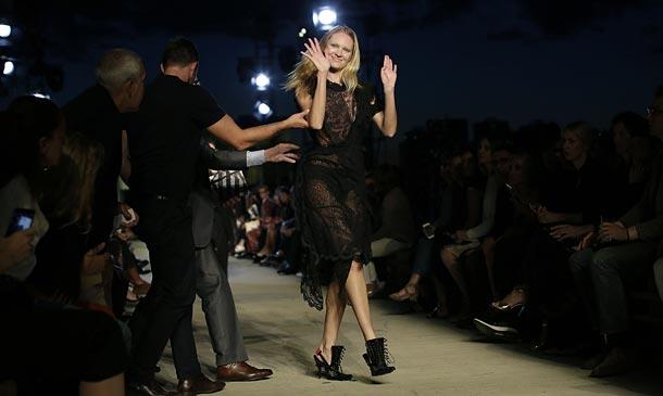 Candice Swanepoel y su incómodo momento en el debut neoyorquino de Givenchy