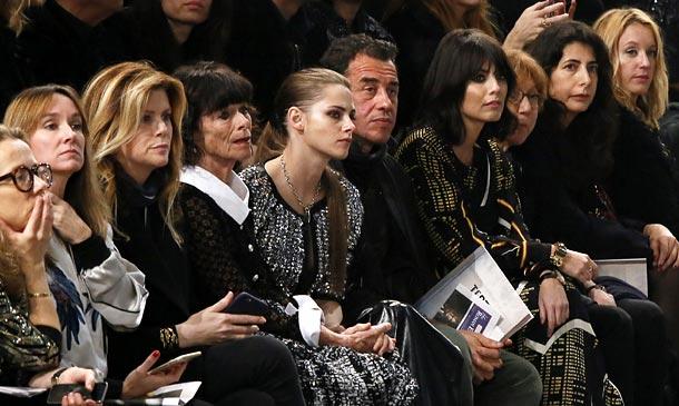 Kristen Stewart y Karl Lagerfeld, mano a mano, en la presentación de la colección 'Métiers d'Art' de Chanel en Roma