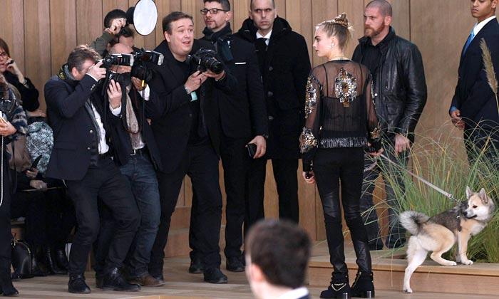 Chanel 'dog friendly': Cara Delevingne revoluciona el 'front row' parisino con un 'inusual complemento'