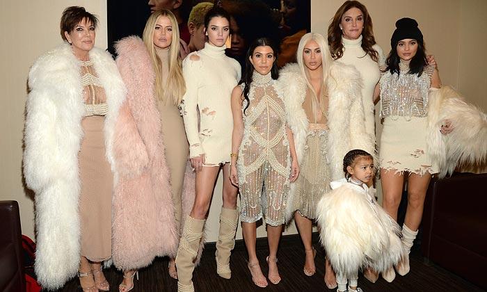 Una (rubísima) Kim Kardashian y todo su clan apoyan a Kanye West en su desfile de la NYFW