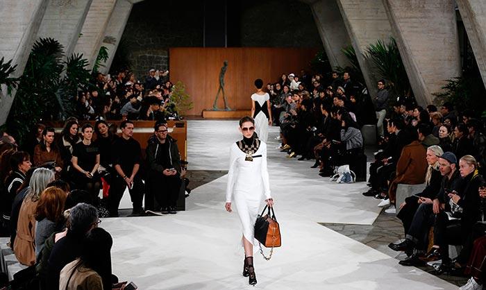 Loewe y su inspiración escultórica conquistan la París 'Fashion Week'