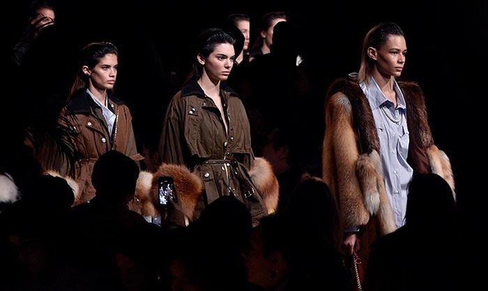 C'est fini! Miu Miu cierra París Fashion Week con las mejores 'tops' sobre la pasarela
