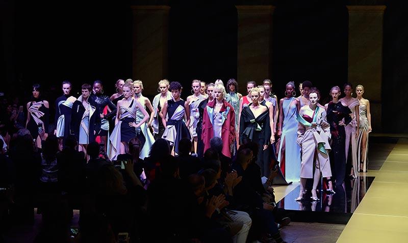 Atelier Versace inicia la magia 'Haute Couture' en París