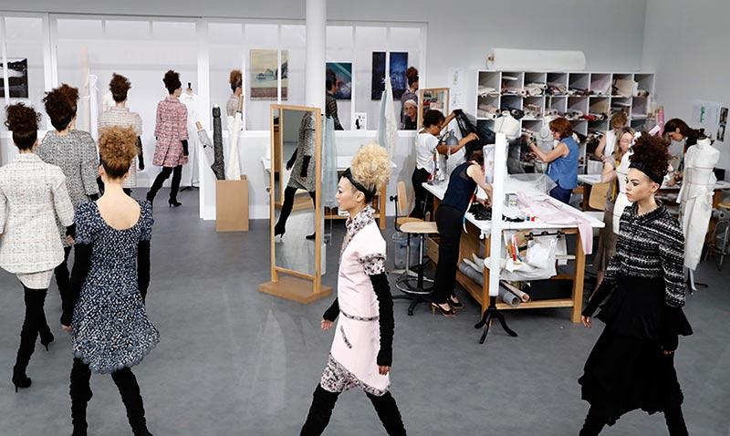 Chanel nos transporta a los talleres de Alta Costura (literalmente)