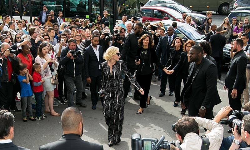 Y Cate Blanchett llegó a París: ¡Aplausos a la versión más clásica de Giorgio Armani Privé!