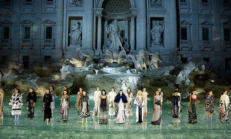 Fendi 'ocupa' la Fontana di Trevi con un espectacular desfile 'sobre el agua'