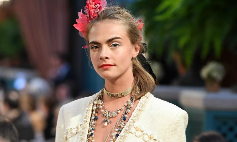 Cara Delevingne (¡vuelve a desfilar!) y Lily-Rose Depp (¡debut sobre la pasarela!), con las nuevas propuestas 'Métiers d'Art' de Chanel