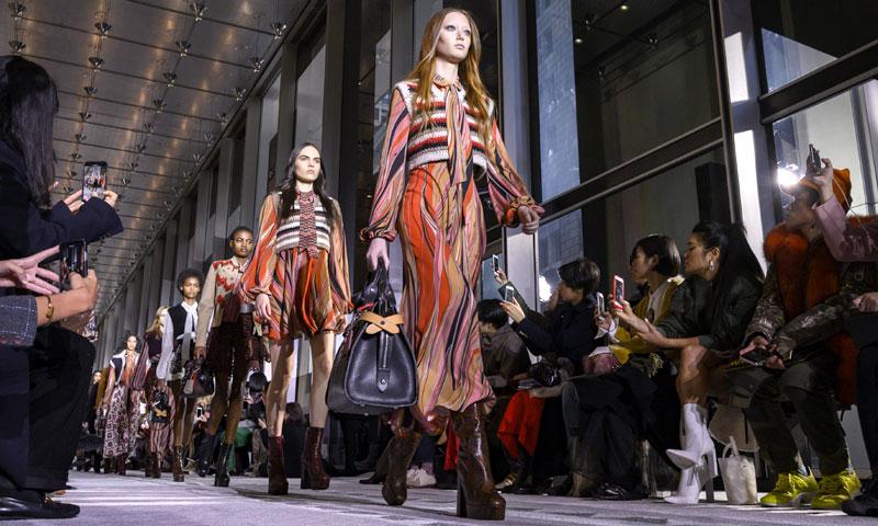 Vestidos bohemios y accesorios de cuero, el tándem infalible de Longchamp
