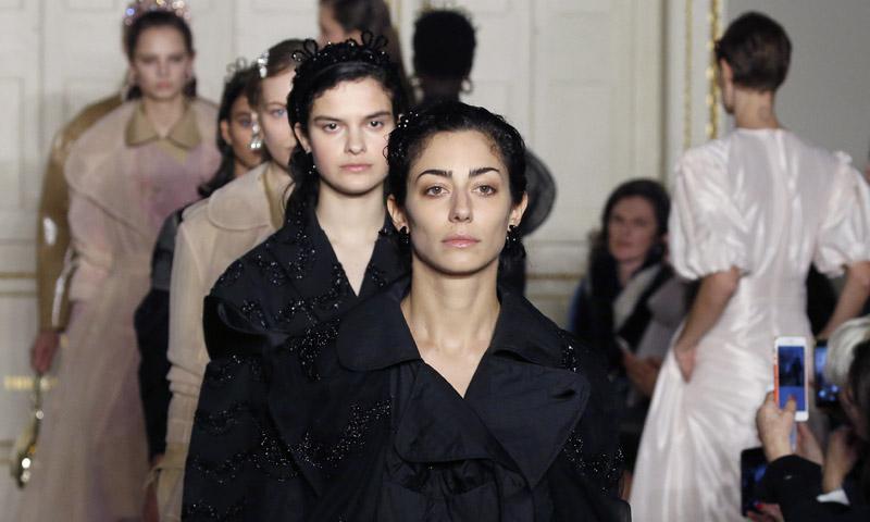 Simone Rocha sube a la pasarela mujeres de todas las edades, etnias y tallas