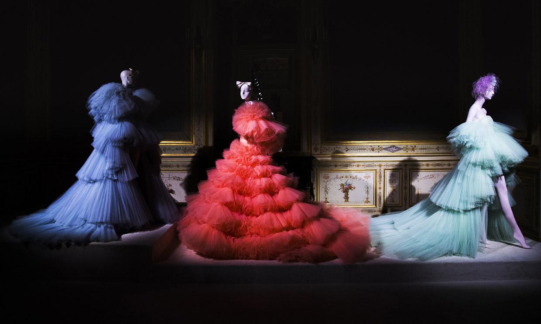 Giambattista Valli toma una inusual decisión para presentar sus vestidos de Alta Costura