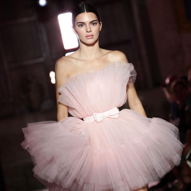 Kendall Jenner Sube A La Pasarela Su Icónico Vestido Rosa En