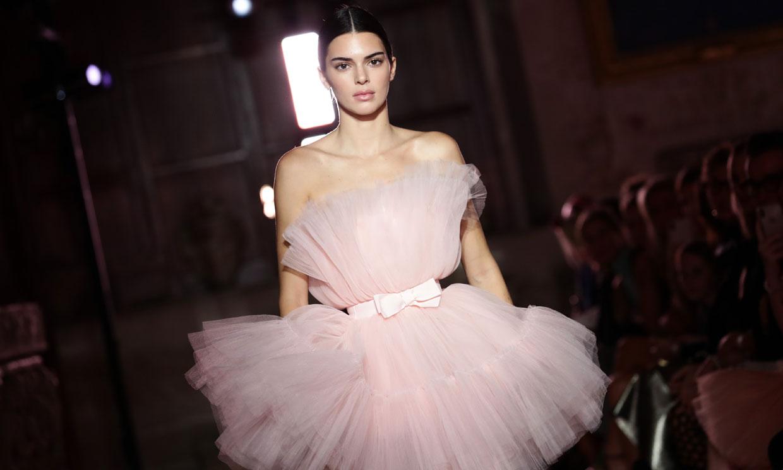 Kendall Jenner sube a la pasarela su icónico vestido 'algodón de azúcar'