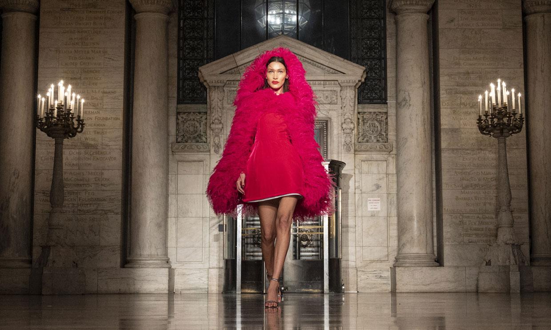 Vestidos de ensueño vs siluetas minimalistas: el contraste perfecto de Oscar de la Renta