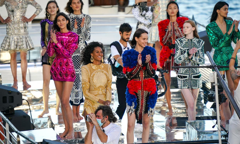 En un barco y con las modelos descalzas: el inusual desfile de Balmain por su aniversario
