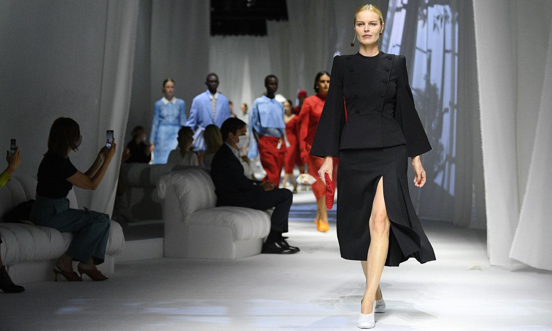 A sus 47 años, Eva Herzigova revalida su título de supermodelo en Milán