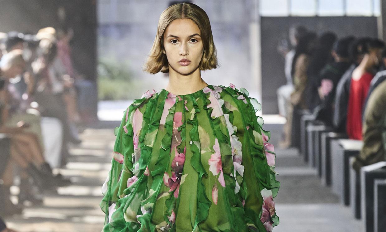 Flores, minifaldas y brocados dominan las propuestas de Valentino para la próxima primavera