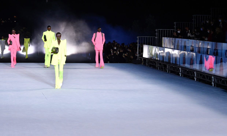 El desfile viral de Balmain renueva los básicos de moda y transforma el 'denim'