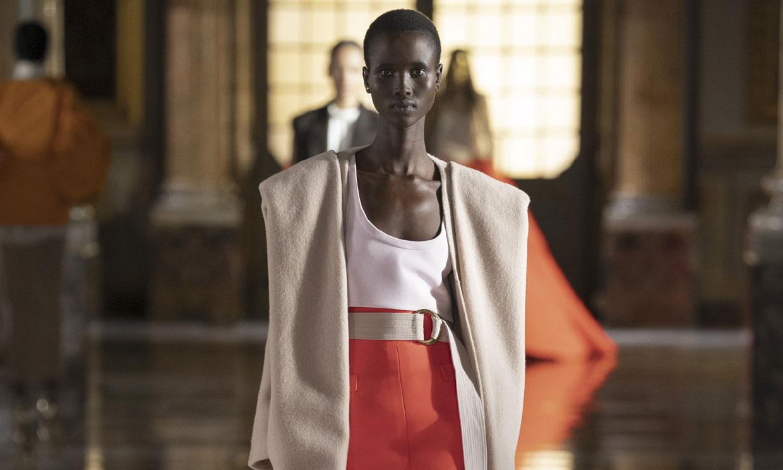 Valentino se 'cuela' desde Roma en la Alta Costura de París y sin su tradicional color rojo