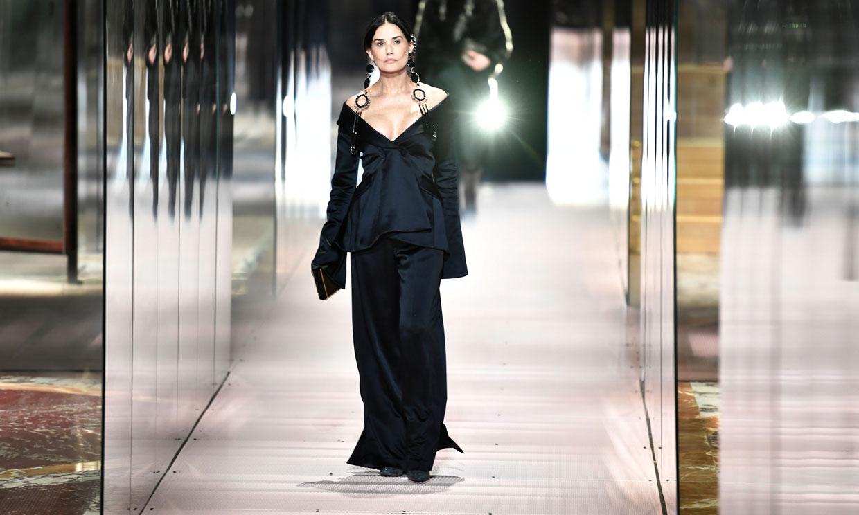 Demi Moore debuta como modelo de Alta Costura en un desfile histórico para Kate Moss
