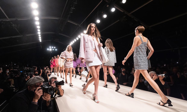 Hombreras, brillos, cuero... El desfile de Chanel te hará viajar a los años 80