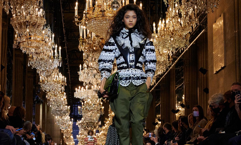 El viaje en el tiempo de Louis Vuitton con vestidos rococó, vaqueros y botines 'peep toe'