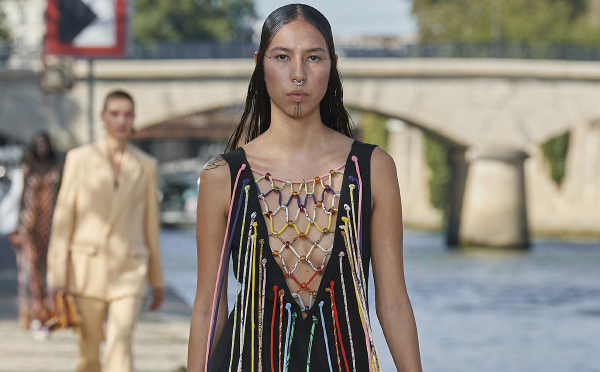Vestidos de ganchillo, detalles artesanales y calzado cómodo en el armario de Chloé para el verano 2022