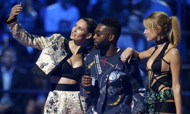 Hailey Baldwin y Bianca Balti saben cómo 'robar todo el protagonismo' con sus 'looks' en los EMA's 2015