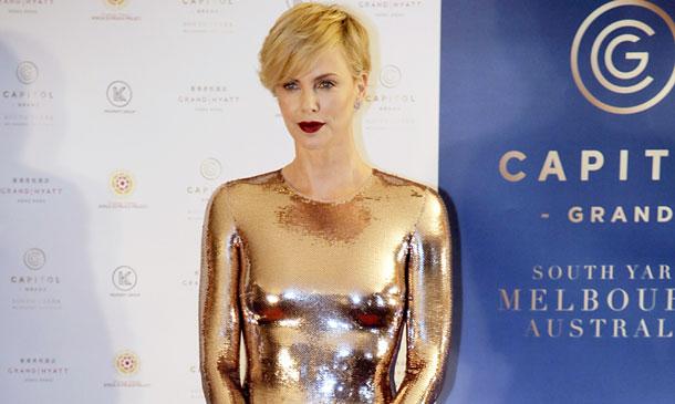 Charlize Theron, 'gold woman', con un vestido que no deja nada a la imaginación