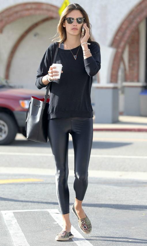 O con este total look black, con leggings, jersey y bolso en negro, y alpargatas de estilo marroquí con bordados.
