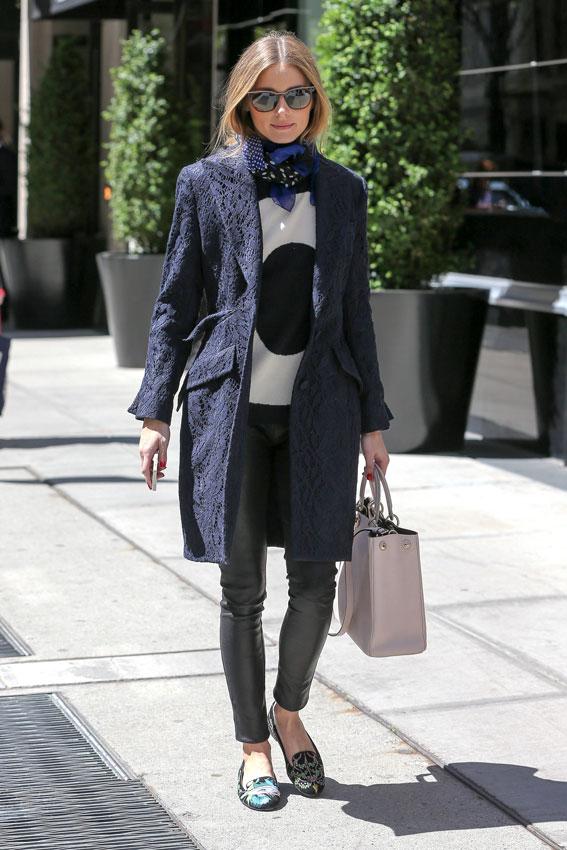Vestido negro con abrigo azul