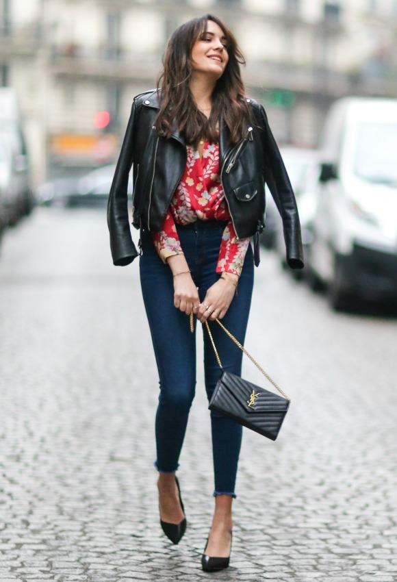 Vestido azul con botas negras