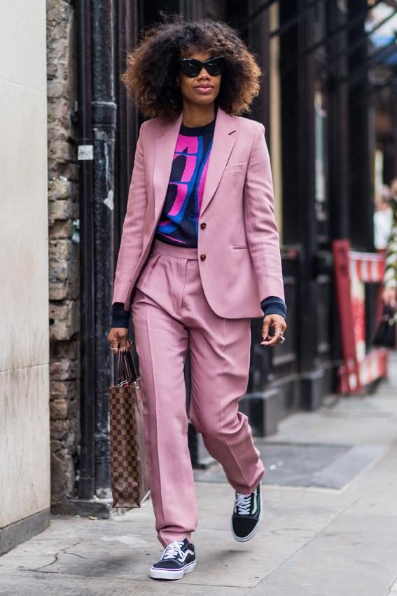 Resultado de imagen de traje sastre y deportivas street style