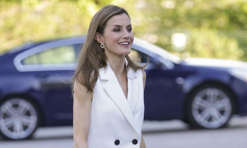 El cuero sí es para el verano y la reina Letizia sabe cómo llevarlo