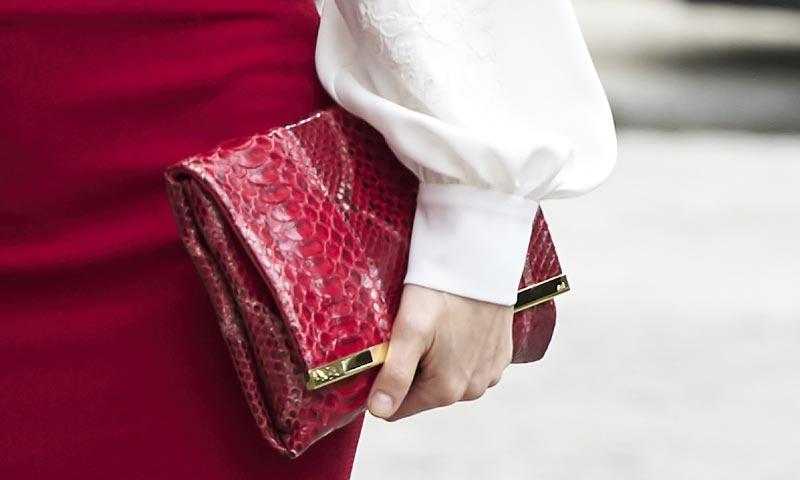 La reina Letizia lo tiene claro: los complementos, en color rojo