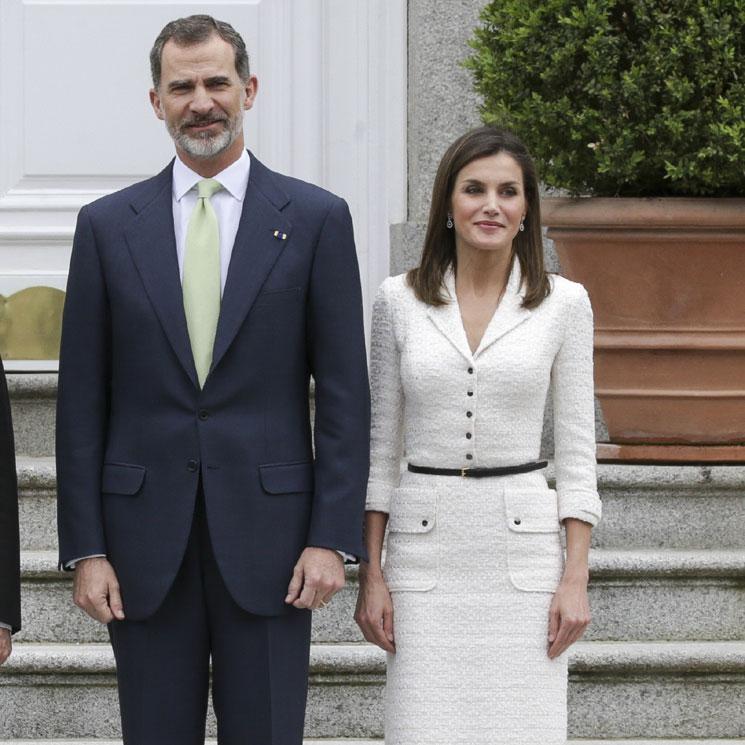 054ba02f62 Cuando la reina Letizia recicla sus looks con el poder de los complementos