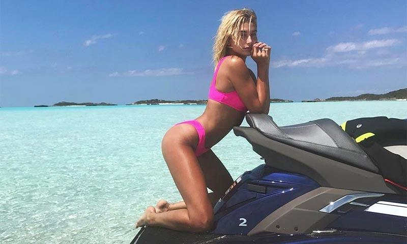 Hailey Baldwin tiene los 3 bikinis flúor que mejor cuerpo hacen